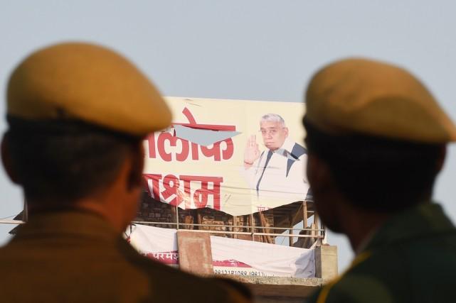 Le gourou autoproclamé Rampal Maharaj (que l'on voit... (PHOTO SAJJAD HUSSAIN, AFP)