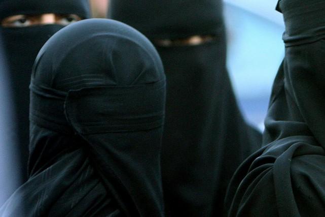 Les deux individus avaient enfilé des burqas pour... (Photo Archives AP)