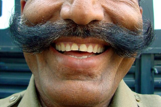 En Colombie, tous les policiers ont désormais le droit de porter la moustache,... (Photo archives Reuters)