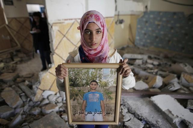 Une jeune fille de la famille d'Abdelramane Shalodi... (PHOTO AHMAD GHARABLI, AFP)