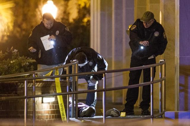 Sommé d'abandonner son arme par les policiers arrivés... (PHOTO MARK WALLHEISER, AP)