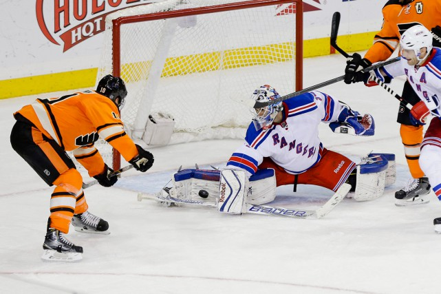 Le gardien des Rangers Cam Talbot a bloqué... (Photo Frank Franklin II, AP)