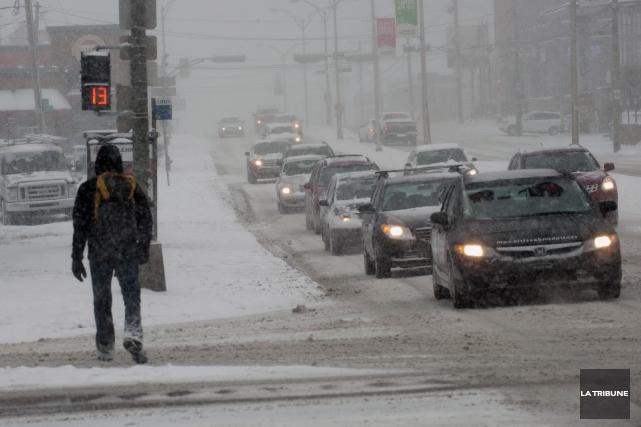 La neige a joué les trouble-fête, jeudi en milieu de journée en Estrie, alors... (Archives La Tribune, Claude Poulin)