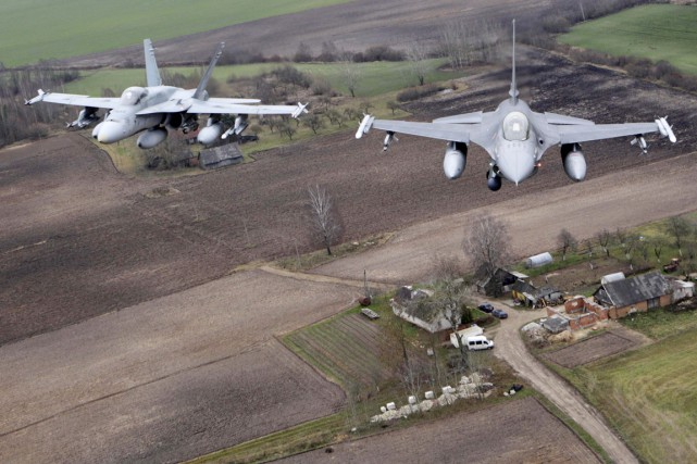 Un F-16 portugais (à droite) et un CF-18... (PHOTO INTS KALNINS ARCHIVES REUTERS)