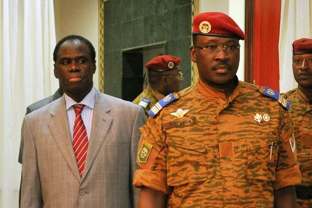 Michel Kafando (gauche) et le lieutenant-colonel Isaac Zida... (Photo SIA KAMBOU, AFP)
