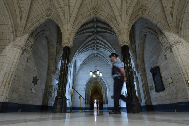 Un agent de sécurité patrouille dans le hall... (PHOTO ADRIAN WYLD, ARCHIVES LA PRESSE CANADIENNE)