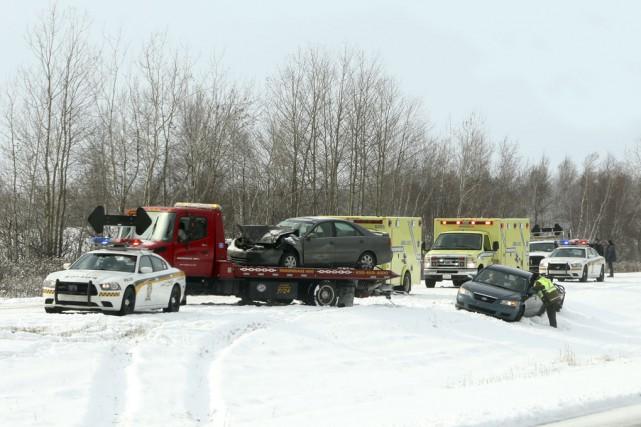 Une vingtaine de véhicules ont été impliqués dans... (photo Alain Dion)