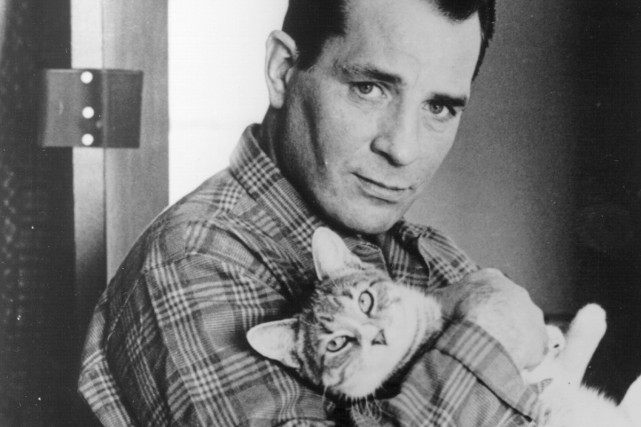 Jack Kerouac pose avec son chat en 1956.... (Photo: archives, The New York Times)