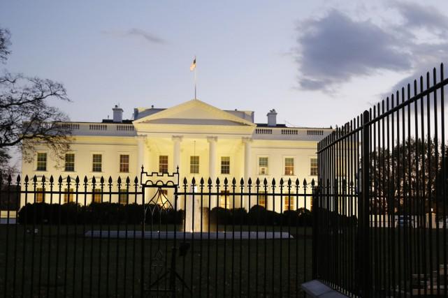 La barrière de la Maison-Blanche doit être immédiatement surélevée pour... (PHOTO LARRY DOWNING, REUTERS)