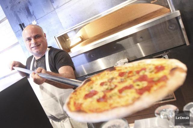 Le copropriétaire du restaurant Fiazza, Luigi Meliambro, s'affaire... (Étienne Ranger, LeDroit)