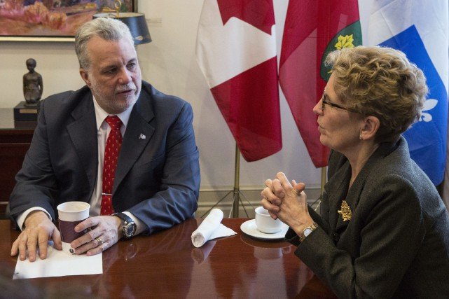 Le premier ministre Philippe Couillard aux côtés de... (Archives La Presse Canadienne)
