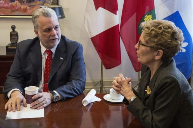 Le premier ministre du Québec, Philippe Couillard, accompagnée... (Archives La Presse Canadienne)