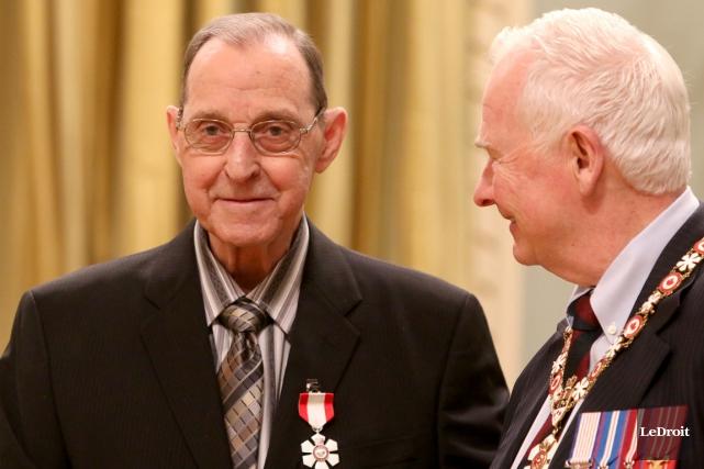 Bernard Grandmaître a reçu son insigne de l'Ordre... (Patrick Woodbury, LeDroit)