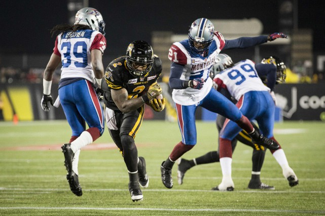 Nic Grigsby (au centre) contre les Alouettes... (Photo MARK BLINCH, Reuters)