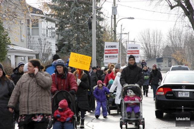Le mouvement de protestation contre l'envoi de 175 élèves de niveau primaire de... (photo archives La Voix de l'Est)
