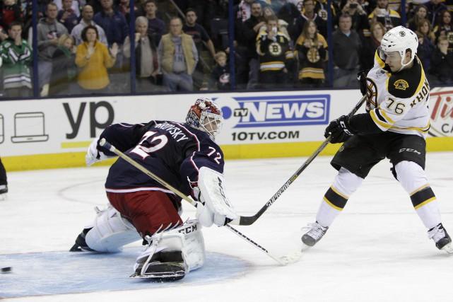 Alex Khokhlachev ( à droite) des Bruins.... (Photo Jay LaPrete, AP)