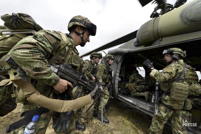 Des militaires embarquent dans un hélicoptère pour effectuer... (PHOTO ARCHIVES AGENCE FRANCE-PRESSE)