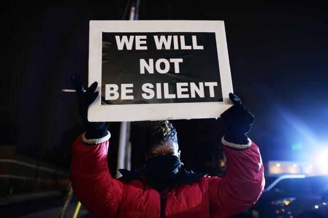 Des manifestants ont bravé le froid mordant pour... (PHOTO JEWEL SAMAD, AFP)