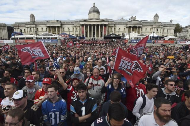 Des fans de la NFL rassemblés à Trafalgar... (PHOTO TIM IRELAND, AP)