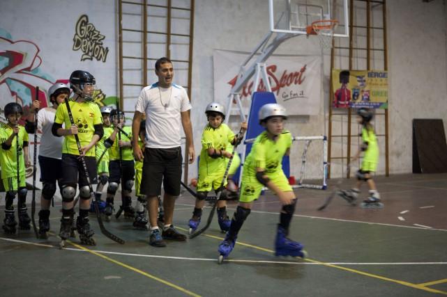 Ali Jabar dirige l'entraînement de jeunes hockeyeurs dans... (PHOTO ANDREANE WILLIAMS, COLLABORATION SPÉCIALE)