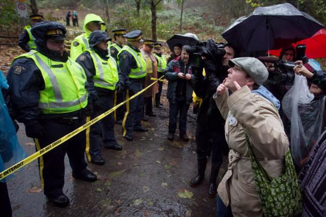 Depuis jeudi, plusieurs personnes ont été arrêtées en... (Photo Darryl Dyck, La Presse canadienne)