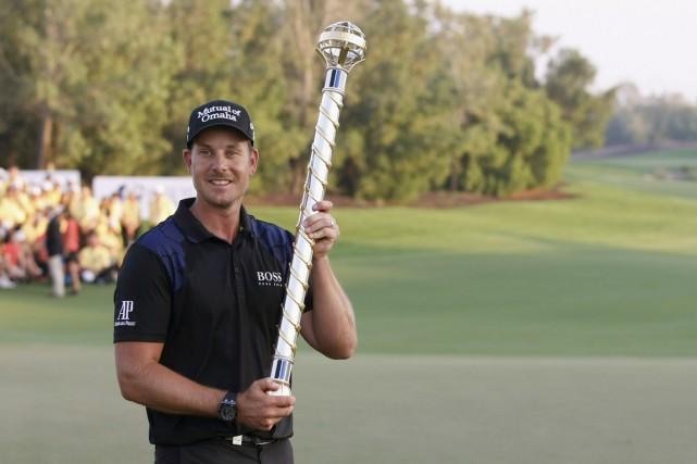 Henrik Stenson pose avec son trophée.... (PHOTO NIKHIL MONTEIRO, REUTERS)