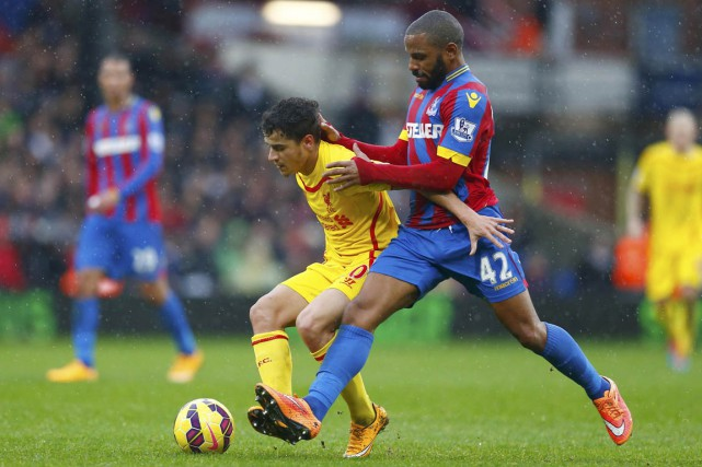 Jason Puncheon (42) tente de freiner la course... (PHOTO EDDIE KEOGH, REUTERS)