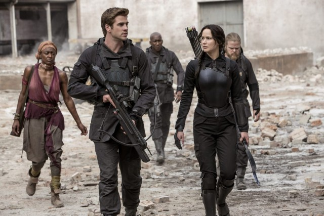 Liam Hemsworth et Jennifer Lawrence dans The Hunger Games:... (PHOTO AP/LIONSGATE)
