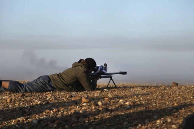 Un combattantpeshmerga prend part à une opération de... (PHOTO REUTERS)