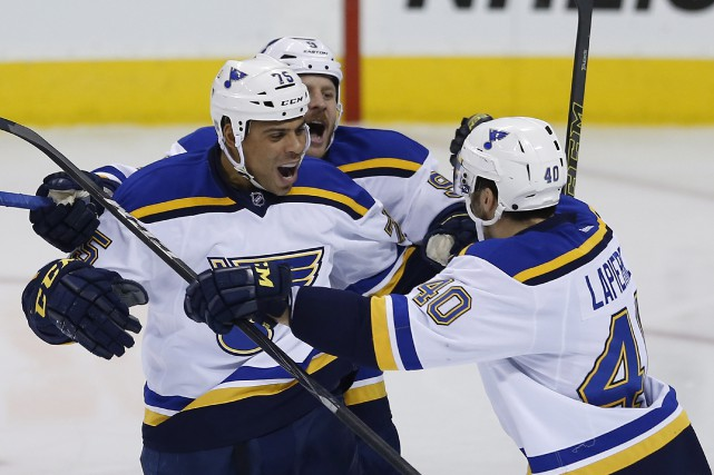 Ryan Reaves (à gauche)... (Photo JOHN WOODS, PC)