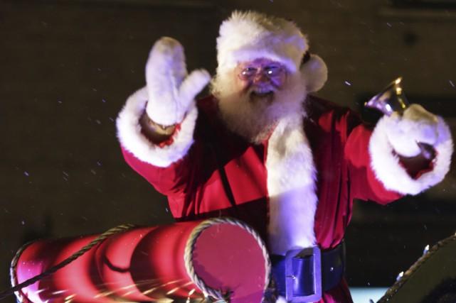 Le père Noël est arrivé à Granby sous... (photo Catherine Trudeau)