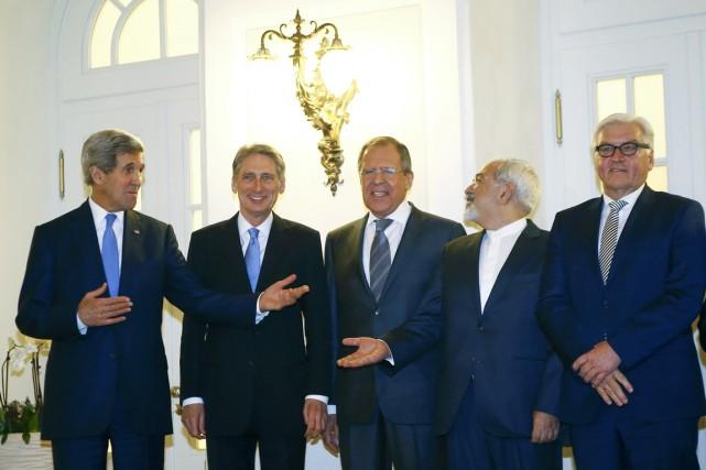 De gauche à droite: les chefs des diplomaties... (PHOTO LEONHARD FOEGER, REUTERS)