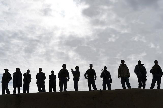 Des membres des forces de sécurité afghanes montent... (PHOTO SHAH MARAI, AFP)