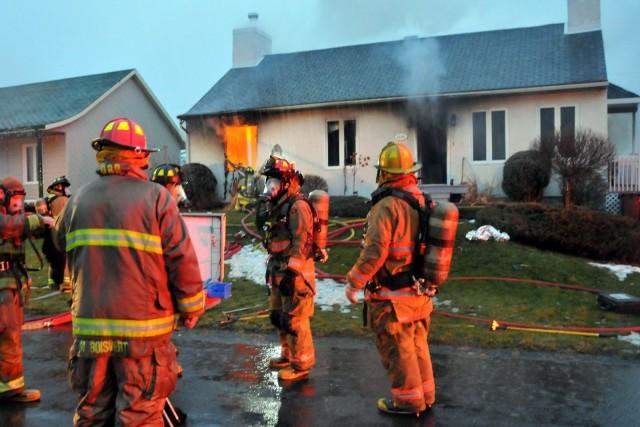 Un incendie pour le moment considéré comme suspect a fait un mort et un blessé... (Photo collaboration spéciale Éric Beaupré)