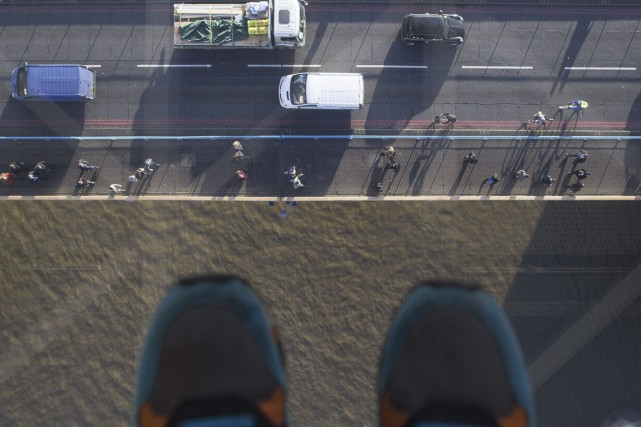 C'est au tour du Tower Bridge de Londres de remplacer une partie de son... (PHOTO ANDREW COWIE, AFP)