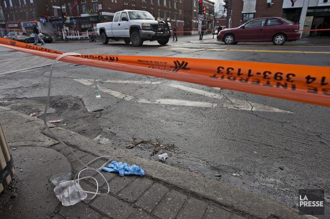 Une femme d'environ 80 ans renversée par une voiture au coin de la rue... (Photo Patrick Sanfaçon, La Presse)