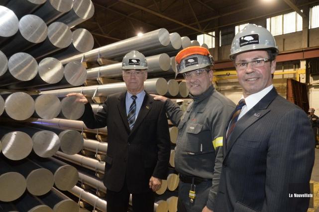 Au centre, le directeur de l'usine Shawinigan Aluminium,... (Photo: Sylvain Mayer Le Nouvelliste)