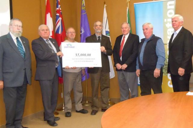 L'entrepriseParmalat Canada de Winchestera remis une somme de 5000$ à... (Courtoisie)