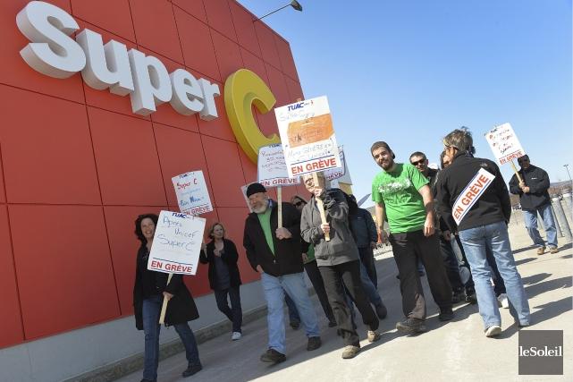 Des employés du Super C de Neufchâtel manifestant... (Photothèque Le Soleil, Patrice Laroche)