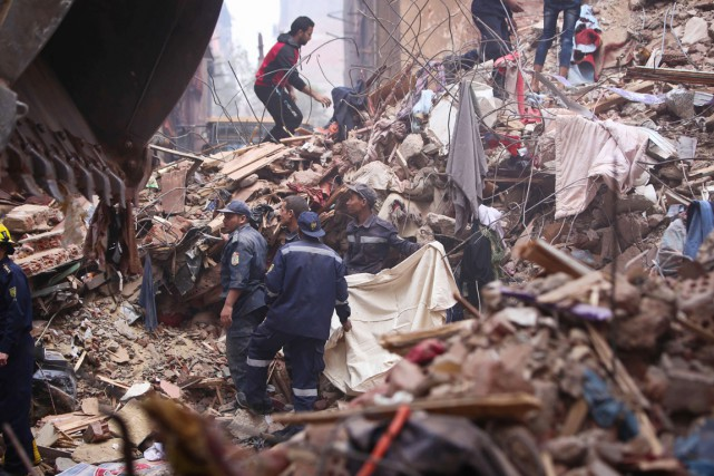 L'immeuble de sept étages s'est soudainement effondré au... (PHOTO MOHAMED EL-SHAHED, AFP)