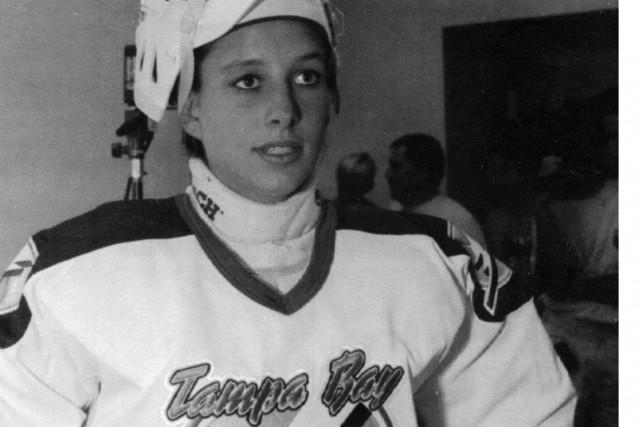 1991 - La gardienne de but Manon Rhéaume est la première femme au Canada à...