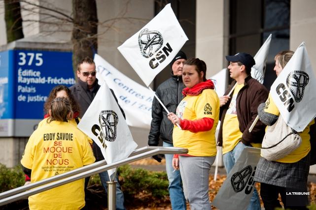 Des employés du Manoir de Sherbrooke se sont pointés devant le Palais de... (Imacom, Jessica Garneau)