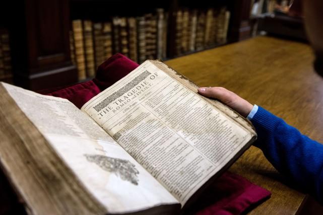 Un exemplaire du rarissime First Folio, première compilation des... (Photo: AFP)