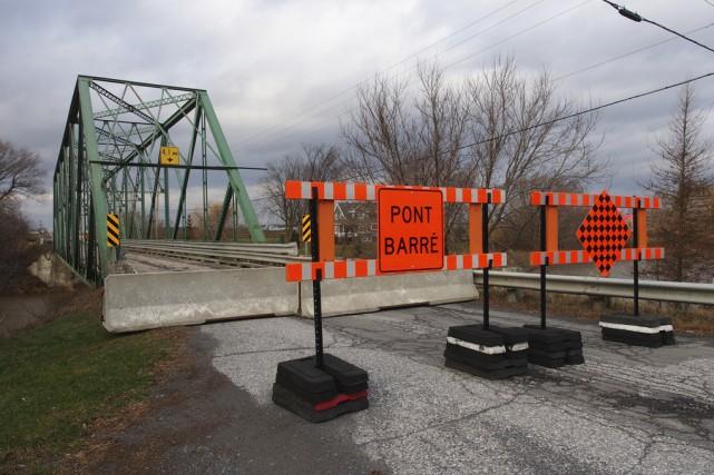 La fermeture pour une durée indéterminée du pont... (Photo Alain Dion)
