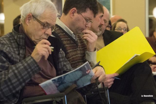 Des citoyens et des élus ont assisté à... (Photo: Stéphane Lessard Le Nouvelliste)