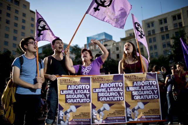 Des activistes pro-avortement manifestent devant le palais présidentiel... (PHOTO MARTIN BERNETTI, ARCHIVES AFP)