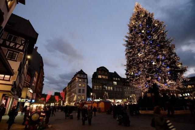 Le petit marché de Noël organisé en 1570... (PHOTO PATRICK HERTZOG, ARCHIVES AFP)