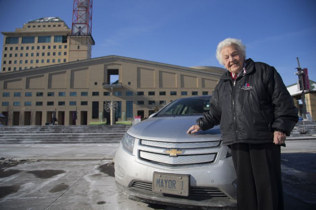 À côté de sa Chevrolet Volt, la mairesse... (Photo Chris So, Archives Toronto Star)