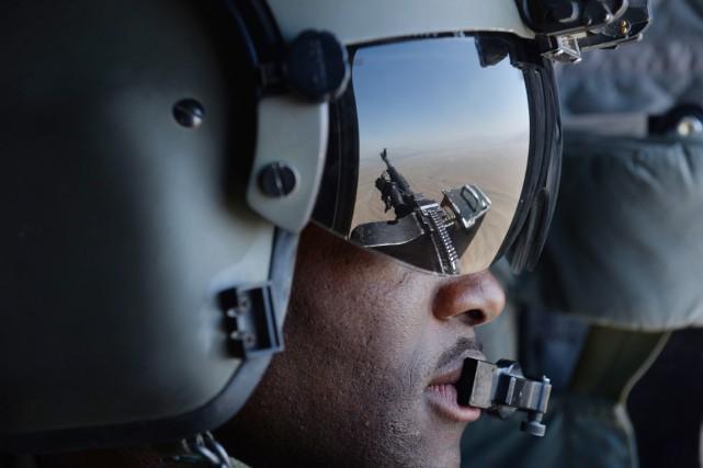 Le reflet d'une mitrailleuse est vu dans les... (PHOTO SHAH MARAI, ARCHIVES AFP)