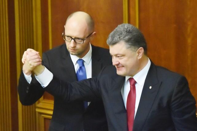 Le premier ministre Arseni Iatseniouk (à gauche) et... (PHOTO SERGEI SUPINSKY, AFP)